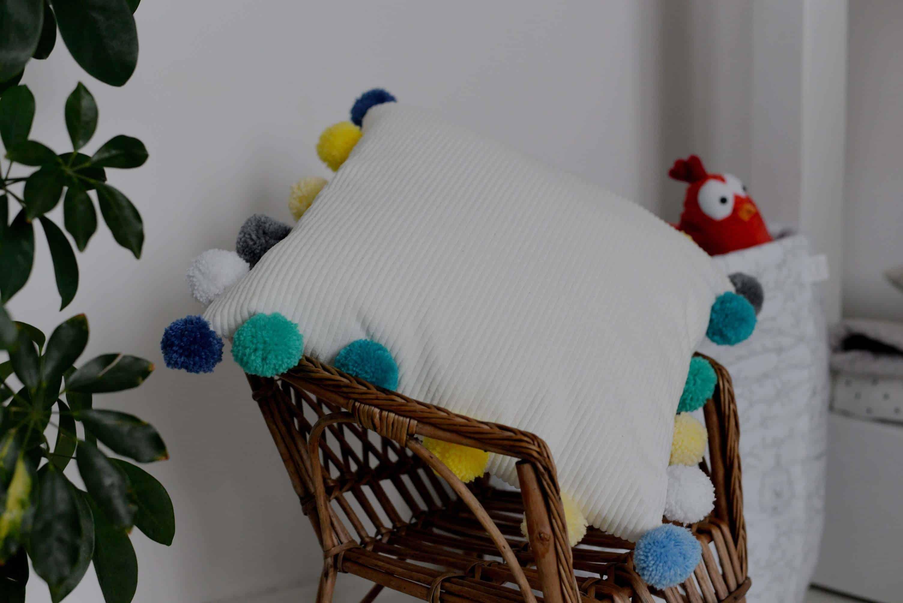 Poduszka z pomponami DIY