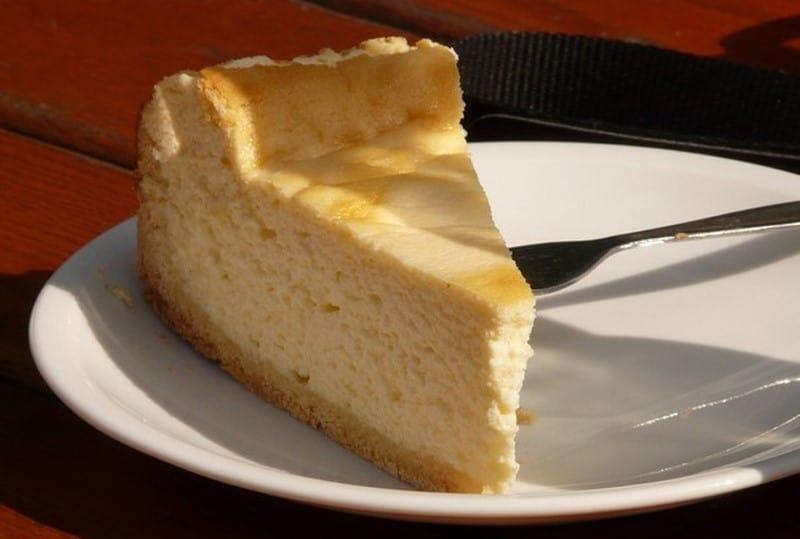 Po prostu wymieszaj wszystkie składniki w jednej misce i włóż do piekarnika! Szybkie i proste ciasto na weekend.