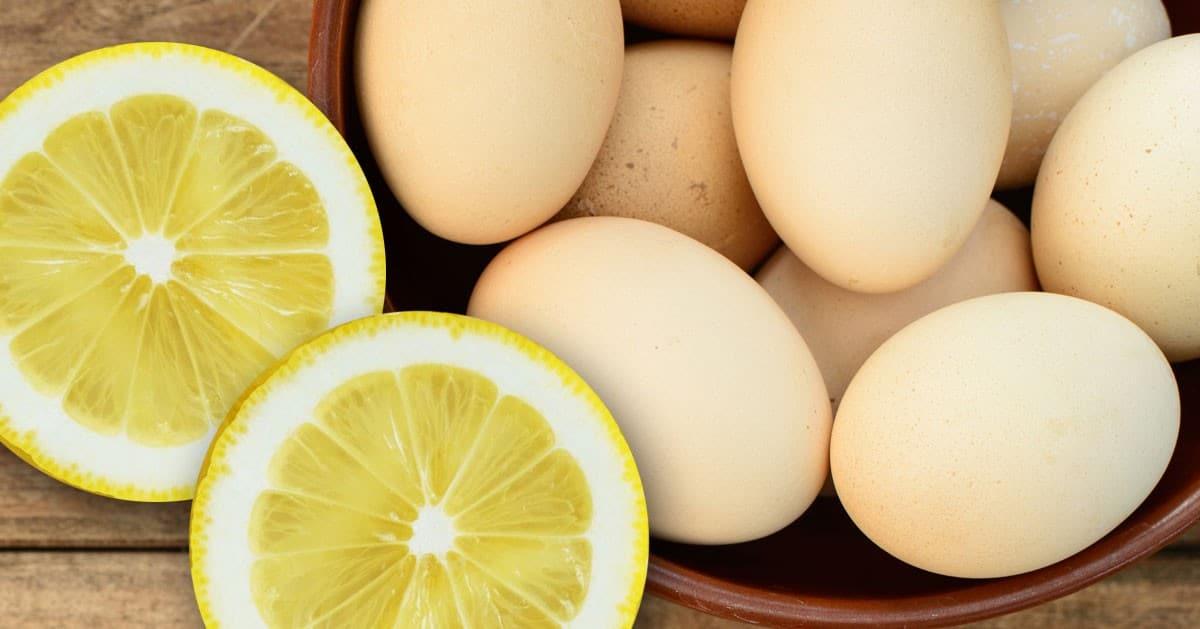 Gdy będziesz gotować jajka do wody dodaj plasterek cytryny. Zobacz dlaczego.