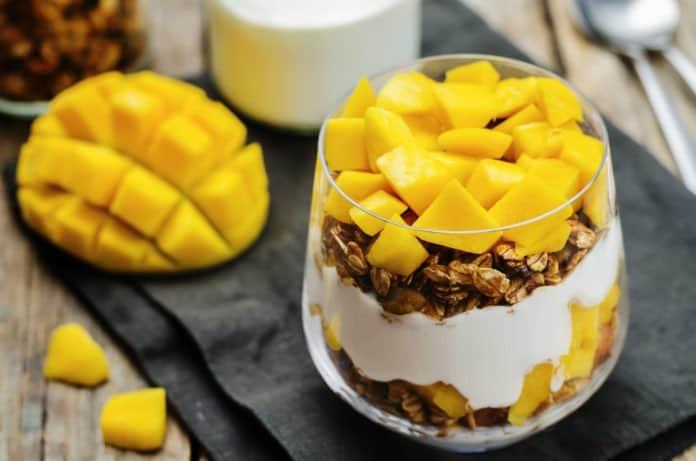 Grecki jogurt z muesli i mango
