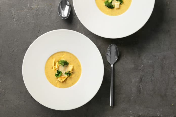 Zupa brokułowa z serem cheddar