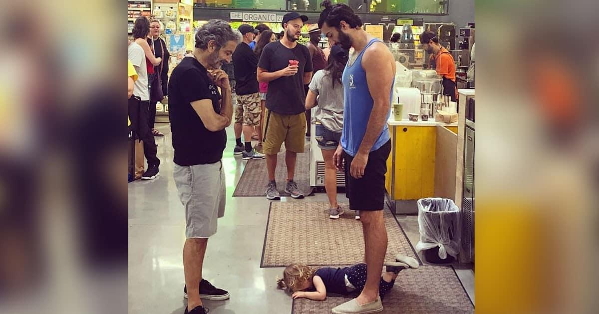 Ten ojciec pokazał co należy zrobić gdy dziecko wpadnie w histerię w miejscu publicznym