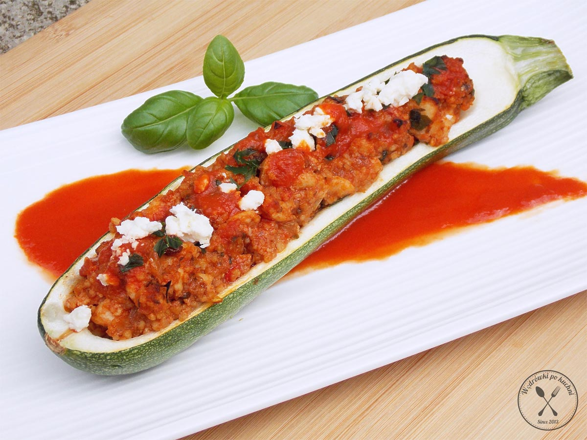 Cukinia faszerowana mięsem z indyka i kaszą jaglaną