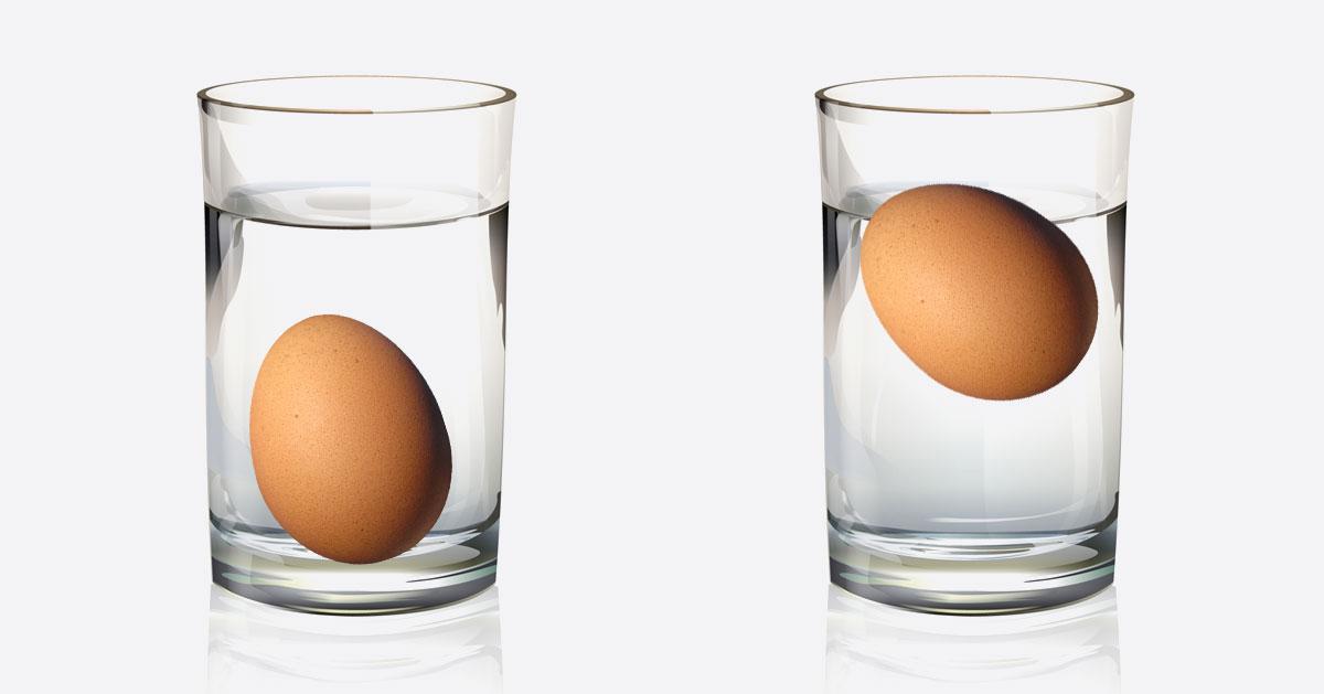 Włóż jajko do szklanki zanim je ugotujesz – w ten sposób sprawdzisz jego świeżość!