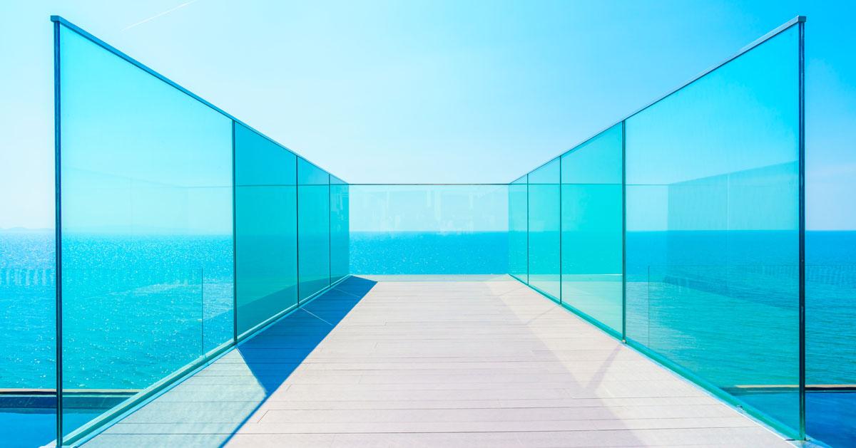 Szklane balustrady w domu – wady i zalety