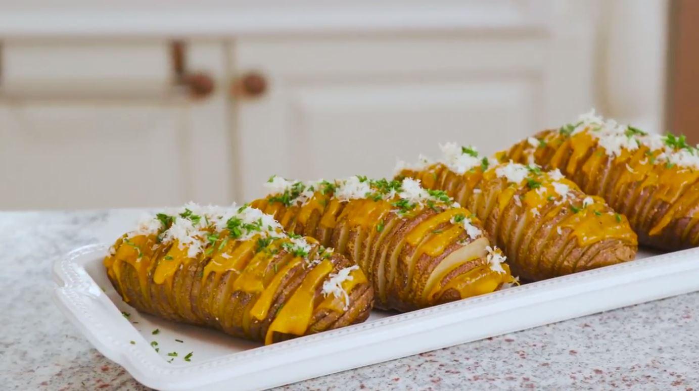 Aromatyczny ziemniak przekładany serem dla znudzonych tłuczonymi ziemniakami