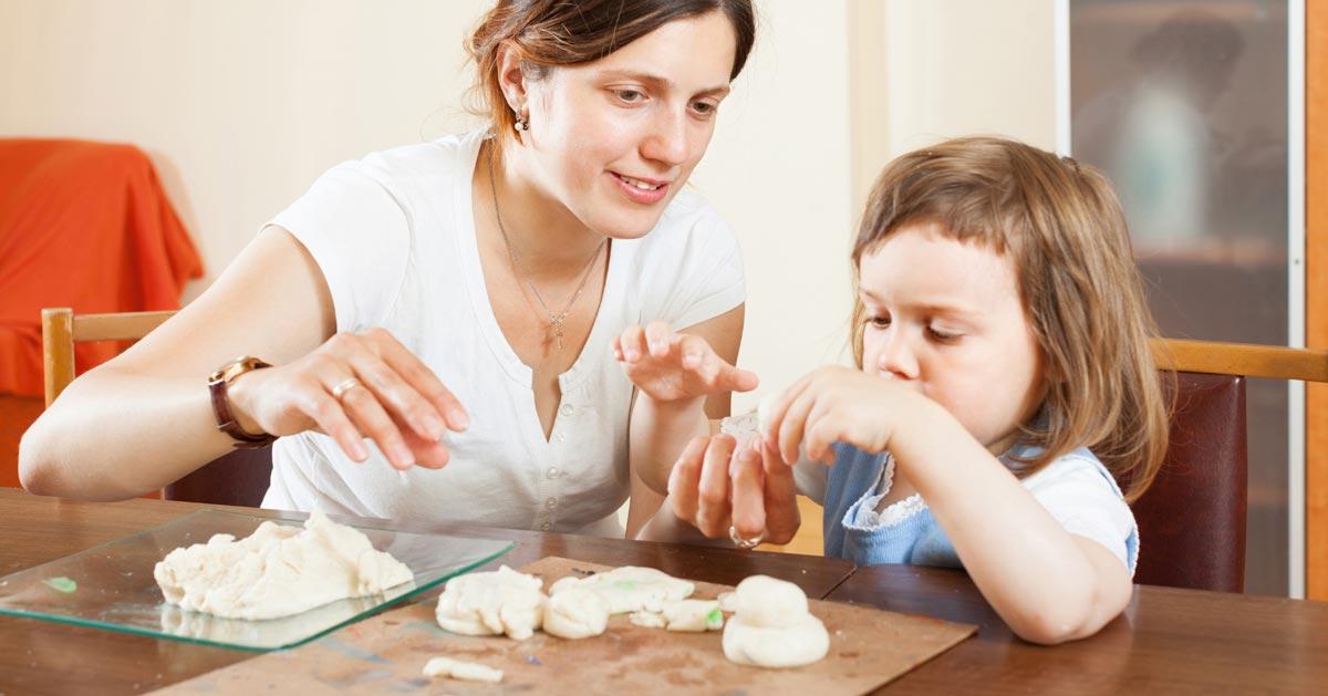 Jak zrobić masę plastyczną do zabawy dla dziecka