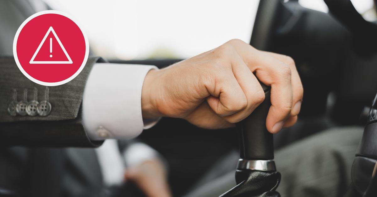 Trzymasz rękę na drążku zmiany biegów podczas jazdy? Te i inne błędy, które często popełniamy!