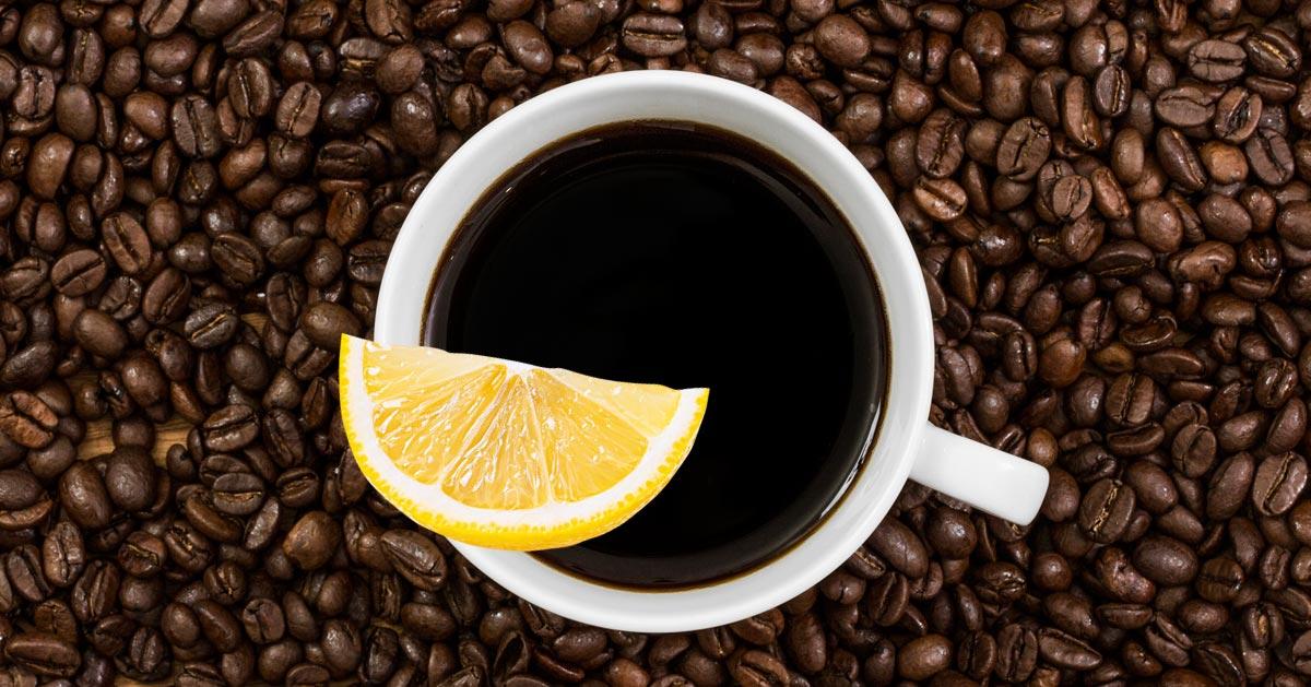 Dlaczego warto wypić kawę z cytryną. Zobacz, a zaczniesz tak robić częściej!