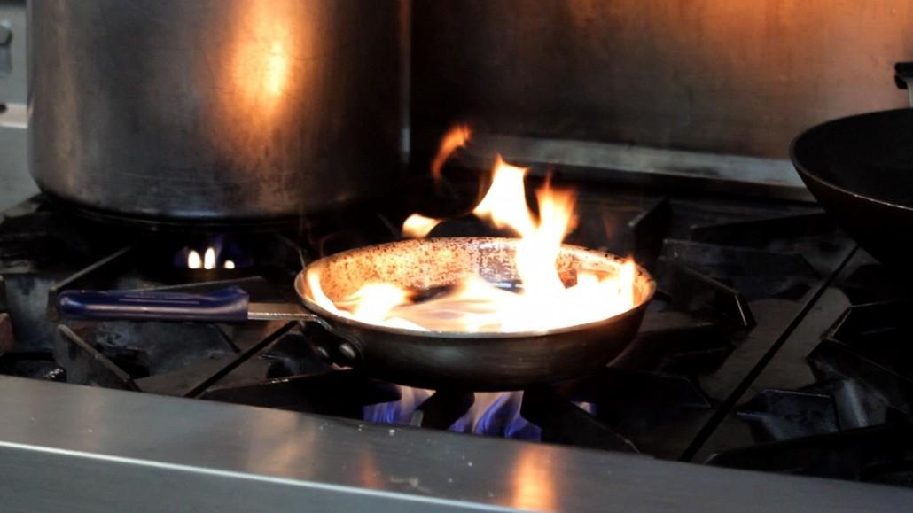 Jak ugasić olej, który się zapalił? Nie rób tego nigdy wodą!