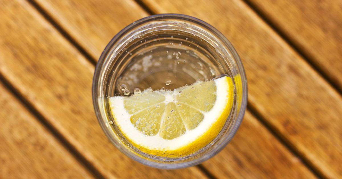 Zacznij codziennie pić wodę z cytryną. Zobacz co to zmieni!