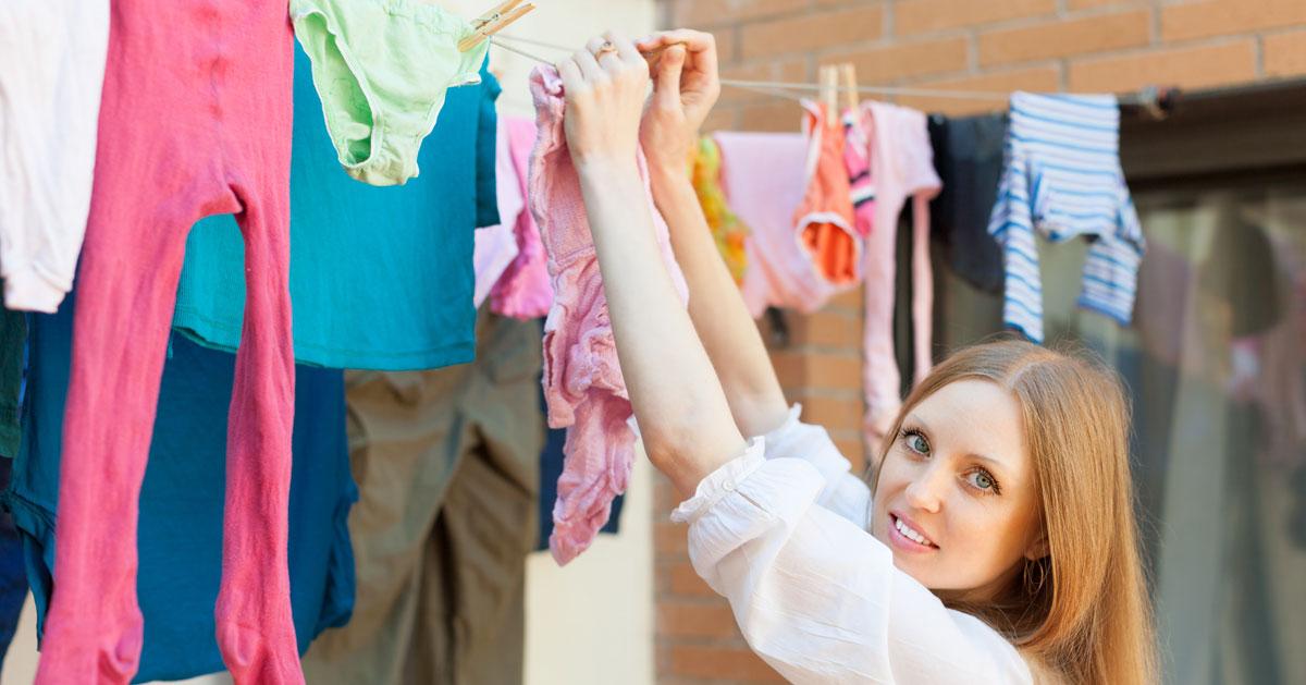 Suszenie prania zimą powoduje rozwój pleśni. Zapobiegnij temu w ten sposób!