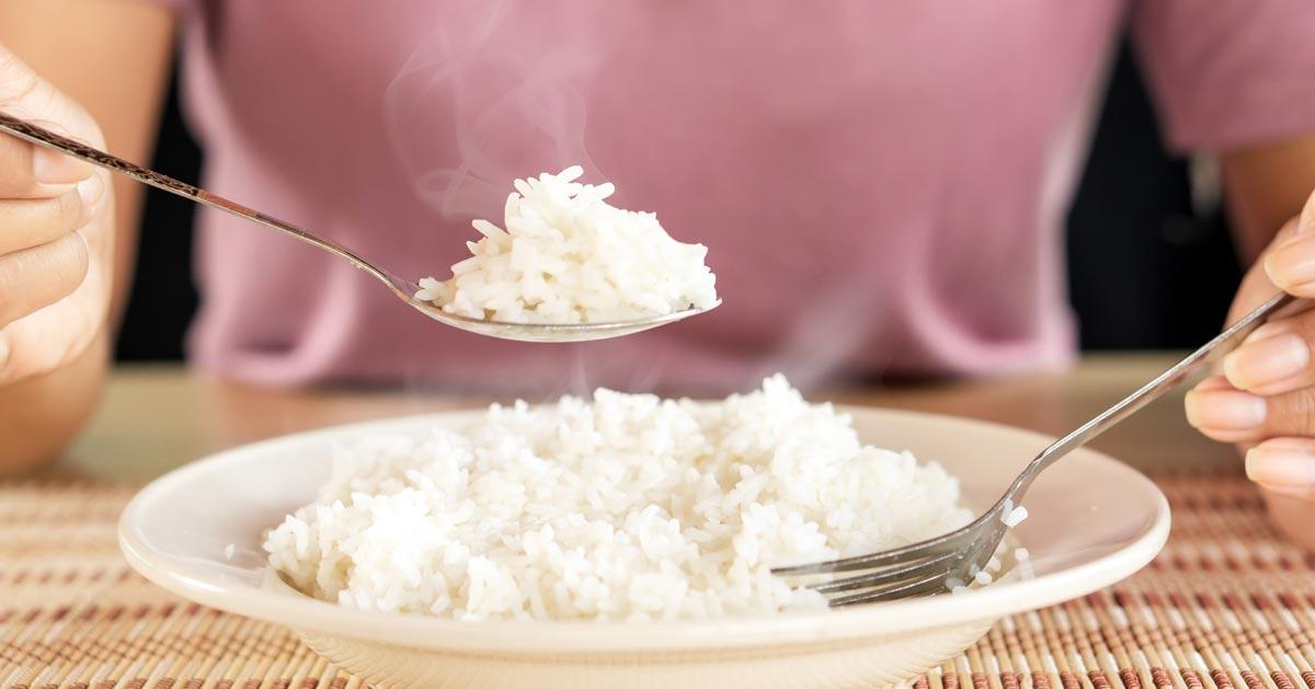 Jesz biały ryż zamiast ziemniaków bo chcesz schudnąć? To się nie uda!