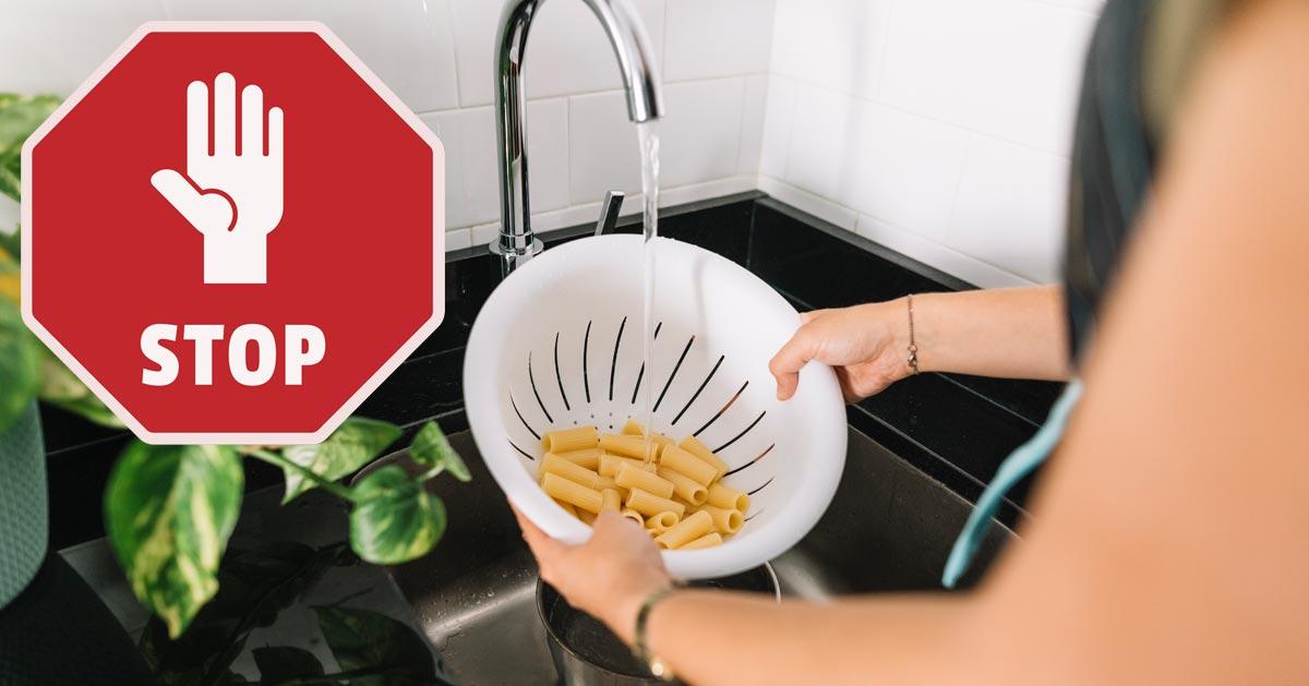 Nigdy nie płucz makaronu po ugotowaniu zimną wodą!