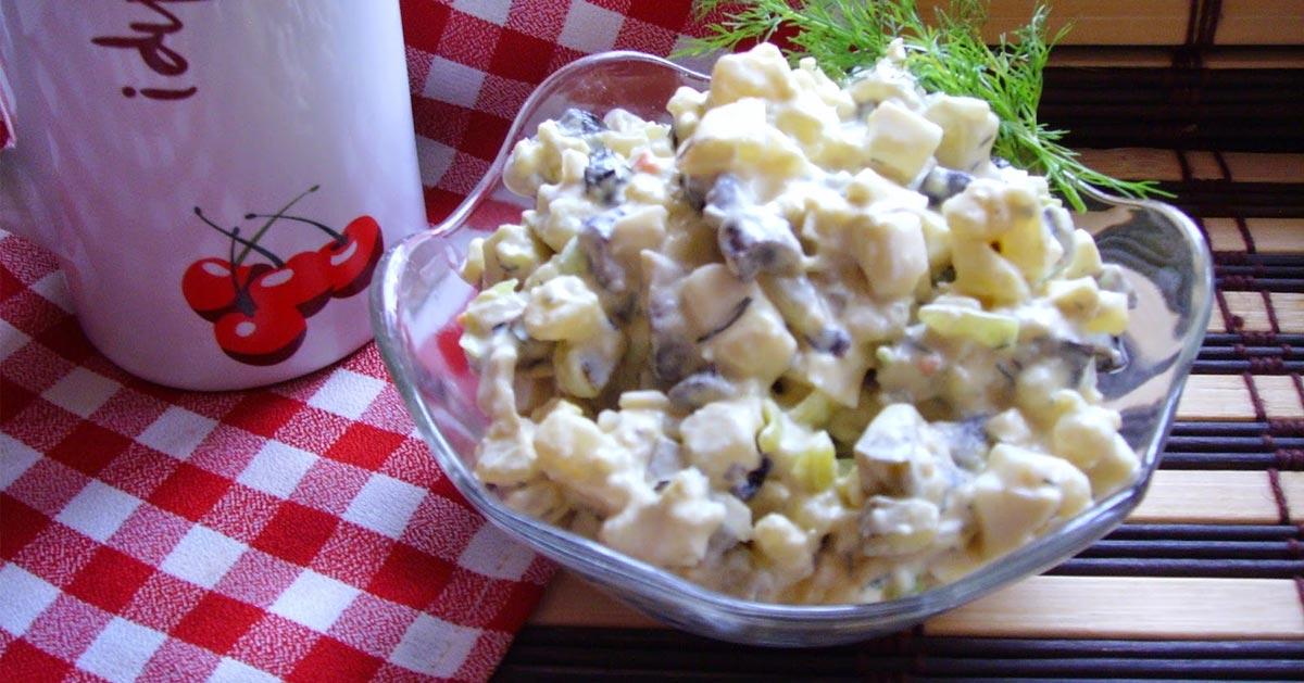 Sałatka pieczarkowo-ziemniaczana z ogórkiem kiszonym, porem i koperkiem