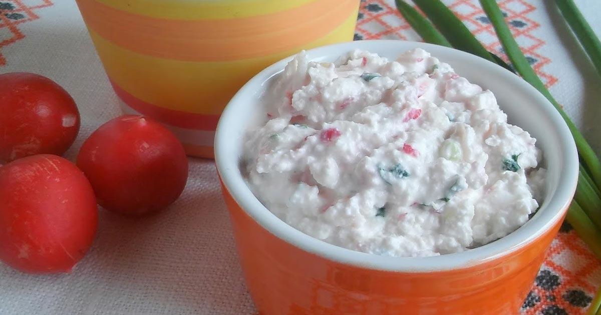 Twarożek z rzodkiewką i zieloną cebulką. Pasta śniadaniowa z rzodkiewką.