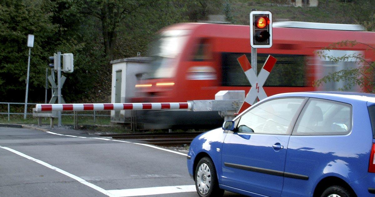 Co zrobić podczas utknięcia na przejeździe kolejowym gdy szlaban jest opuszczony