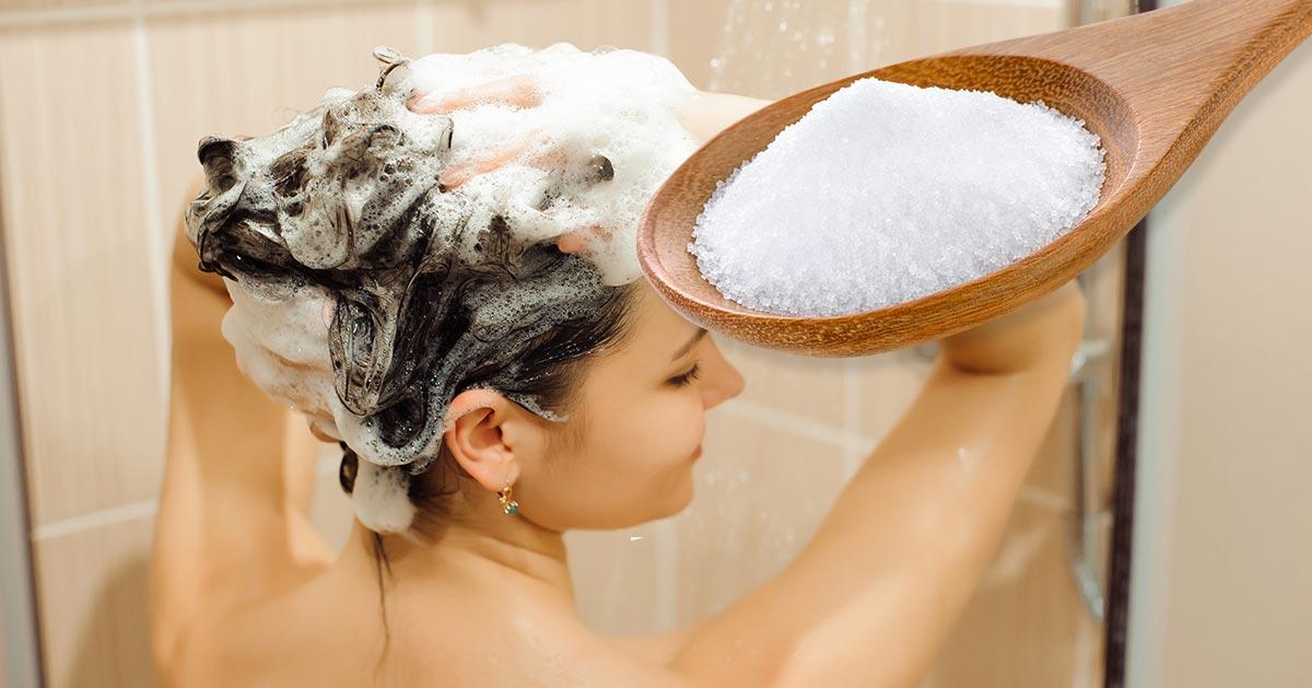 Wiele kobiet wypróbowało ten sposób. Dodaj trzy łyżki soli do szamponu i zobacz co się stanie!