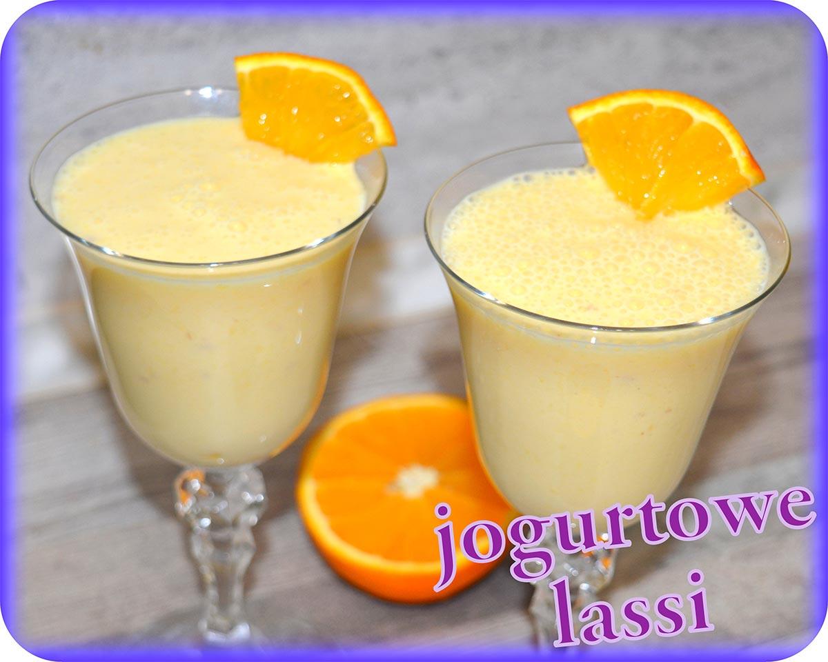 Pomarańczowy napój jogurtowy (lassi)