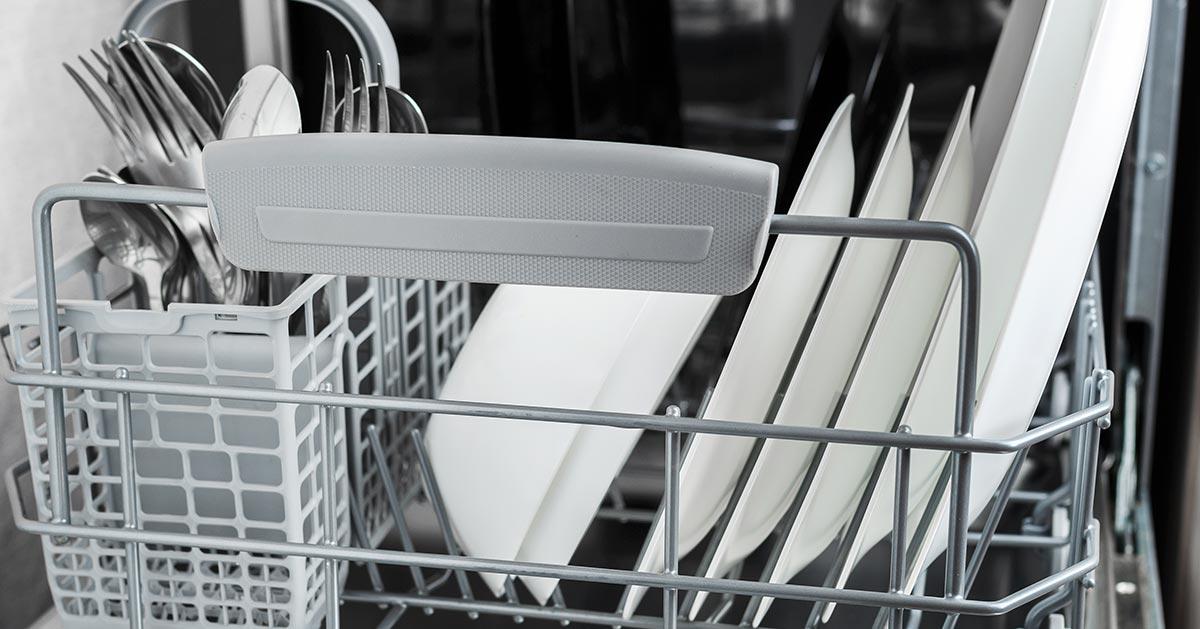 Piana w zmywarce? Zobacz możliwe powody pozostania piany po myciu naczyń w zmywarce.