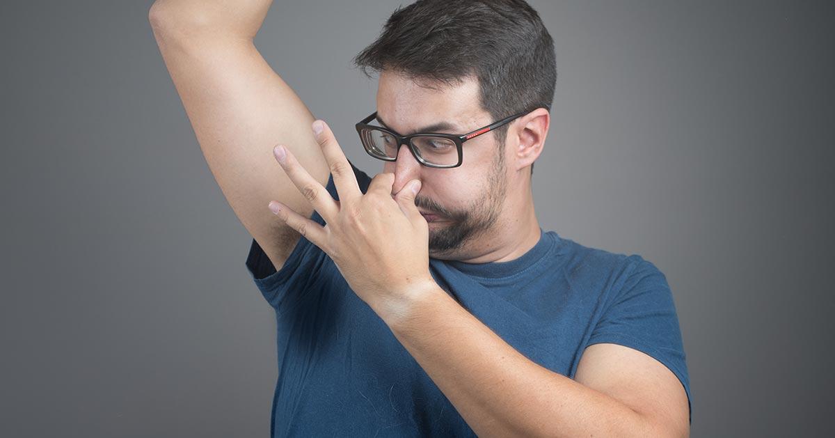 Dlaczego mój pot pachnie wyjątkowo brzydko? Przyczyn może być kilka!