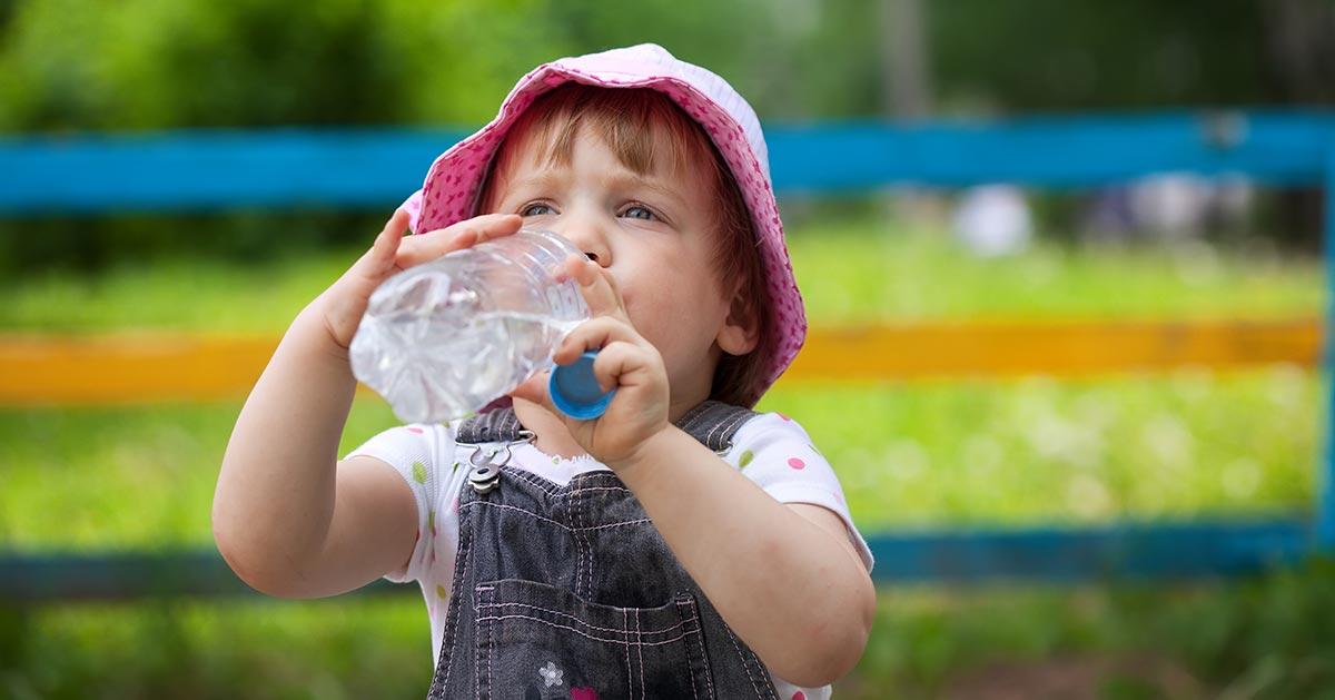 Woda dla dziecka w butelce podczas tych upałów to tykająca bomba!