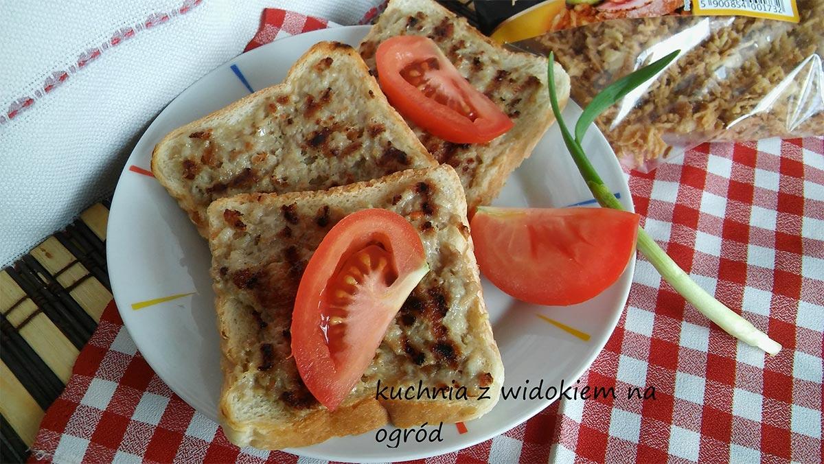 Grillowane tosty z mięsem mielonym i cebulką prażoną.