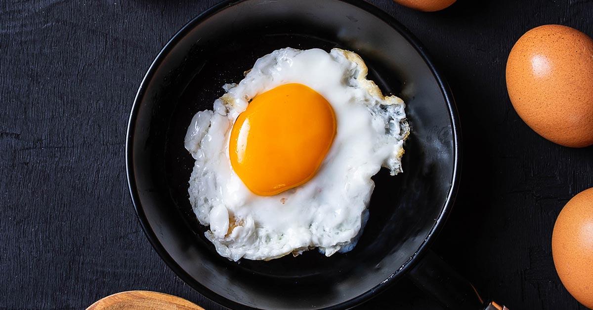 Ten błąd podczas smażenia jajek sadzonych popełniamy najczęściej!