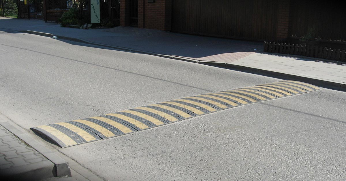 Nie rób tego przejeżdżając przez próg zwalniający! Niszczysz w ten sposób auto.