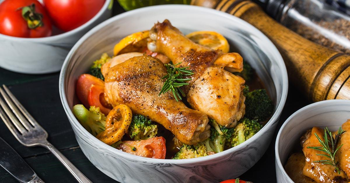 Pałki z kurczaka pieczone z warzywami – czyli szybki obiad z jednej blachy!