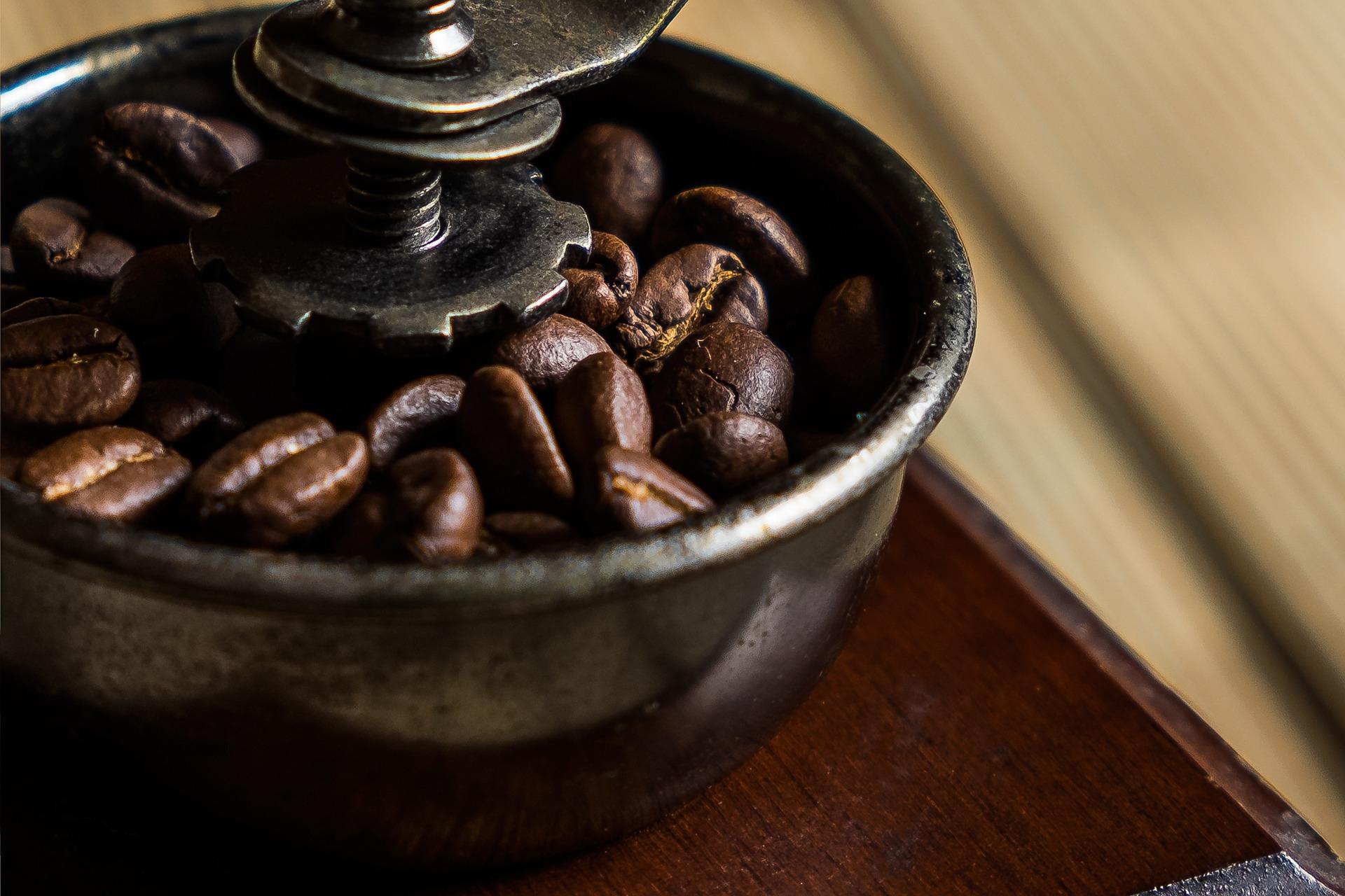 Jaki młynek do kawy wybrać? Młynek ręczny czy elektryczny?