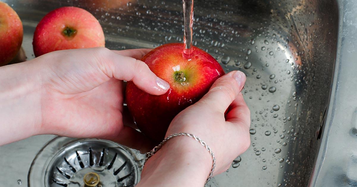 Czy trzeba myć owoce i warzywa przed zjedzeniem?
