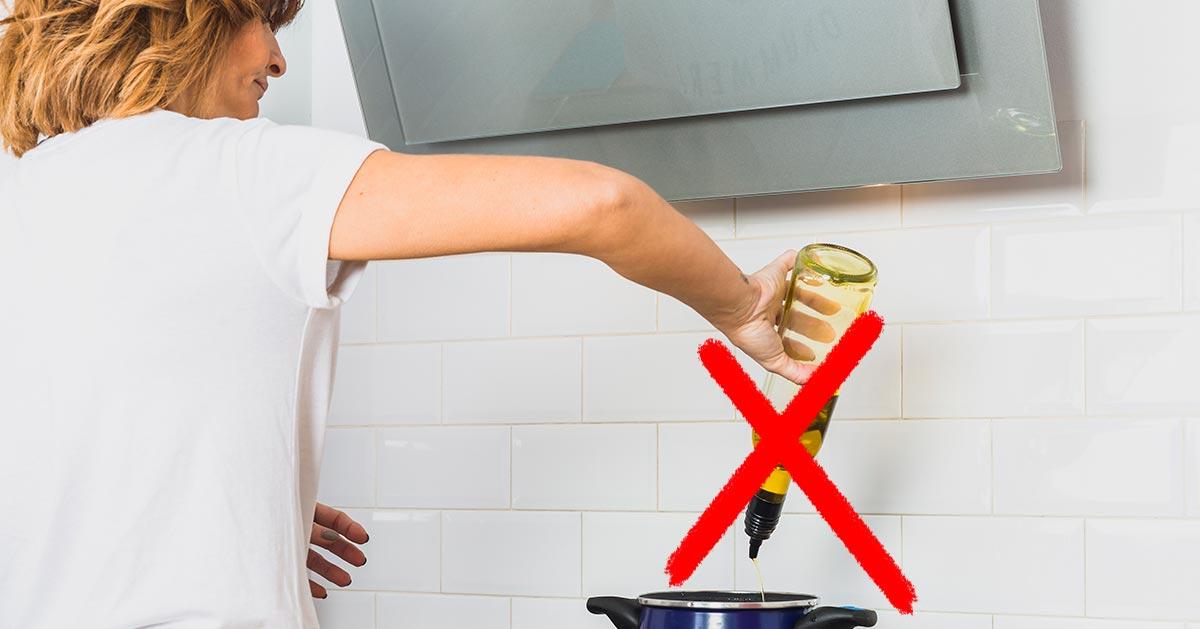 Te błędy najczęściej popełniamy podczas gotowania. Zepsują każde danie!