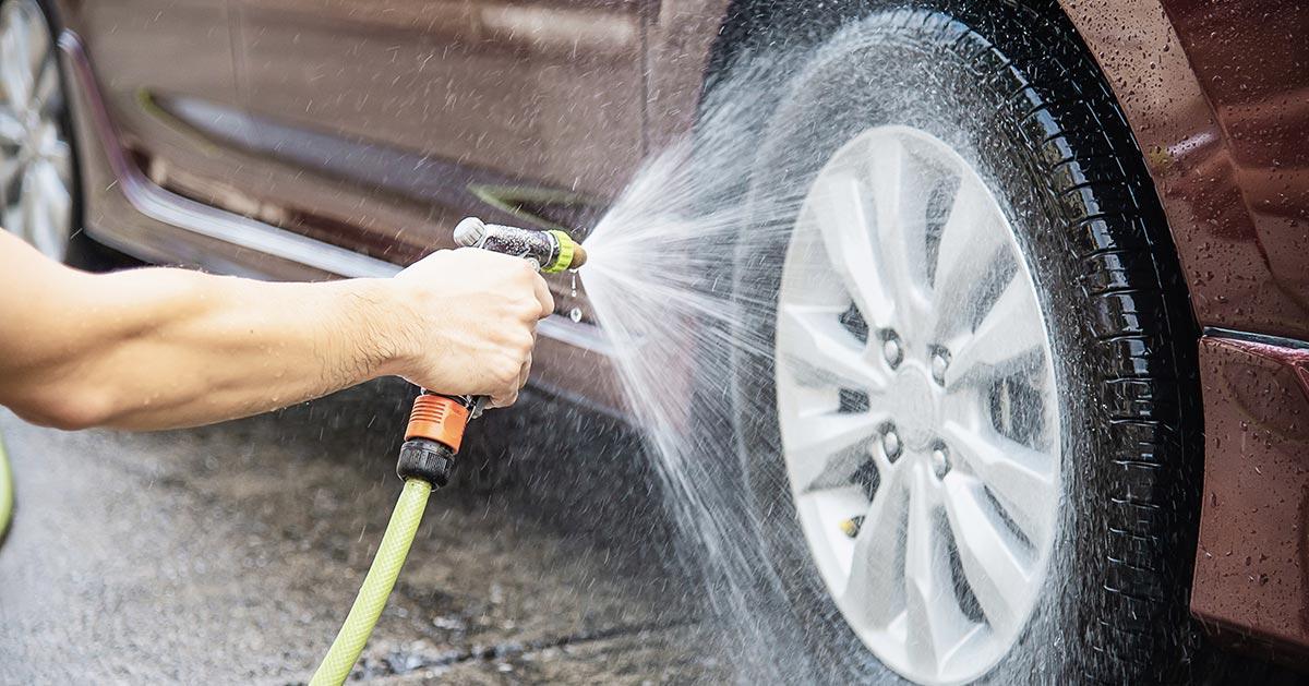 Czy można umyć auto pod domem na chodniku lub podjeździe?