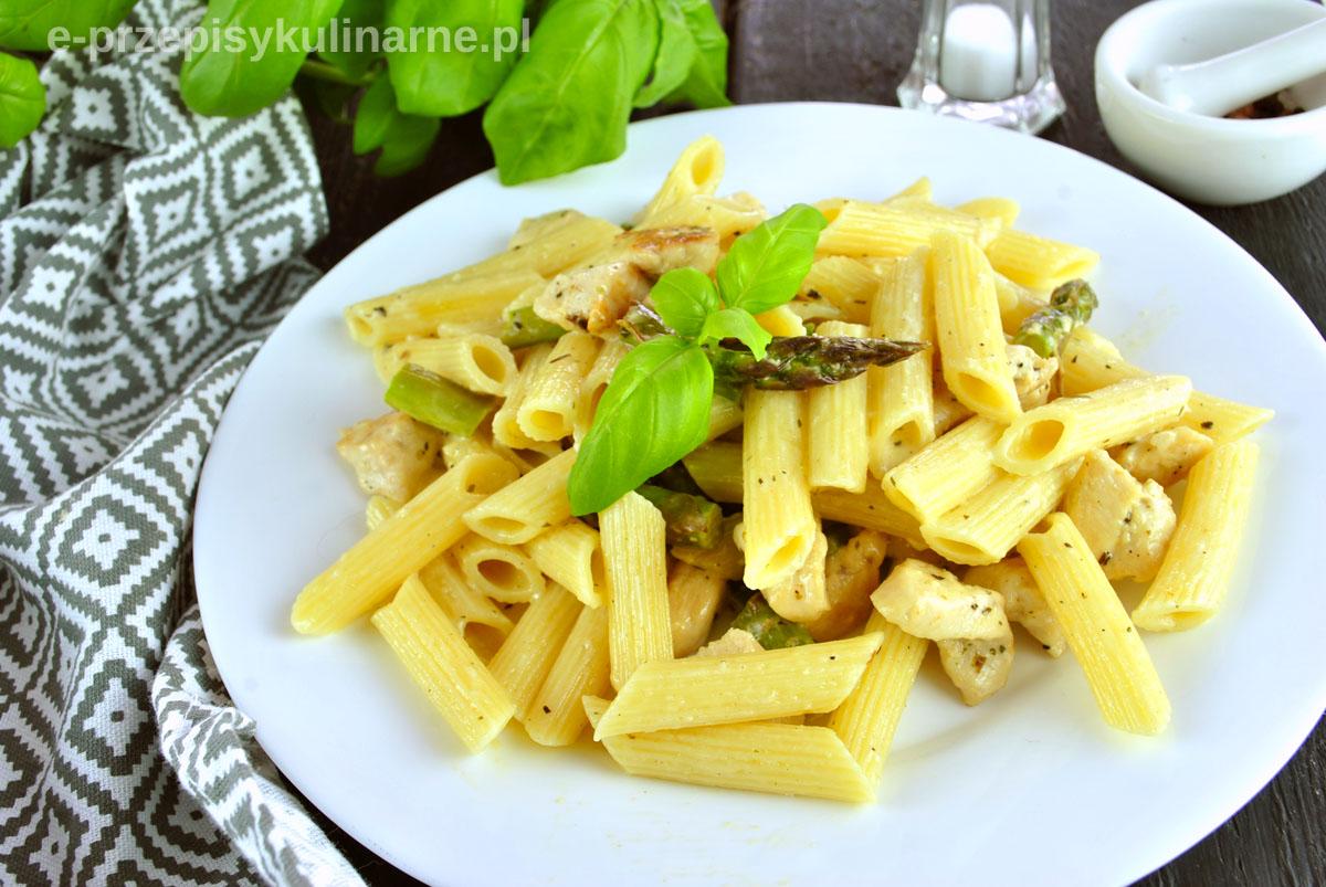 Makaron ze szparagami w sosie śmietanowym – błyskawiczny obiad