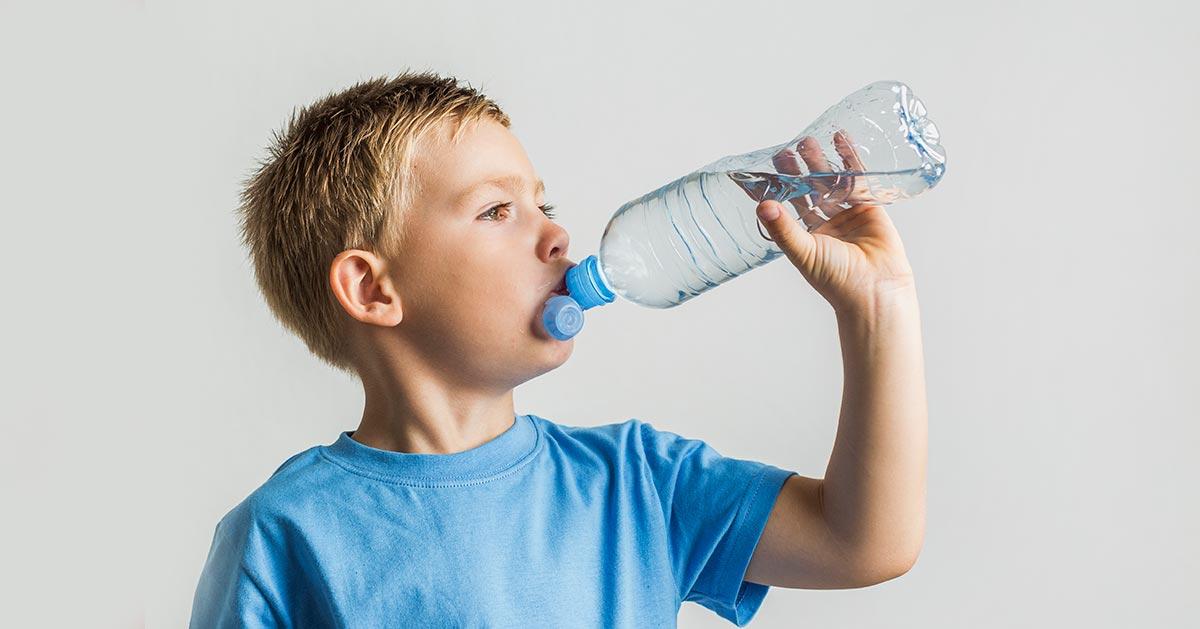 Nigdy nie napełniaj plastikowej butelki ponownie wodą! Zobacz co przez to Ci grozi.