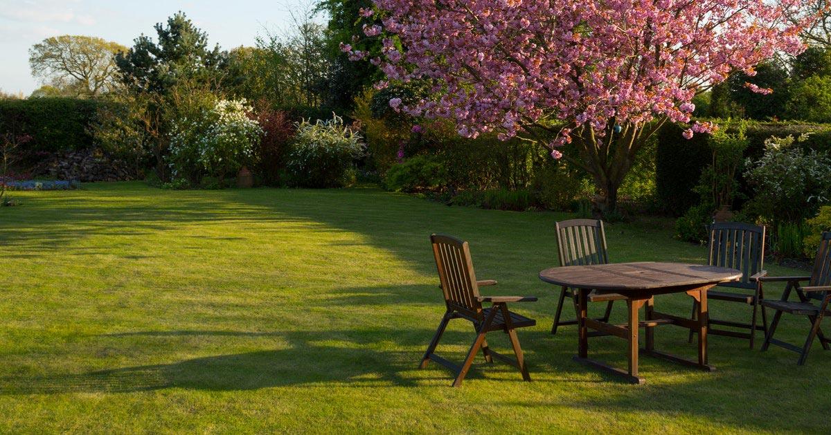 Lubisz przebywać w ogródku, ale drażnią cię komary i owady? Pomyśl pawilonie ogrodowym