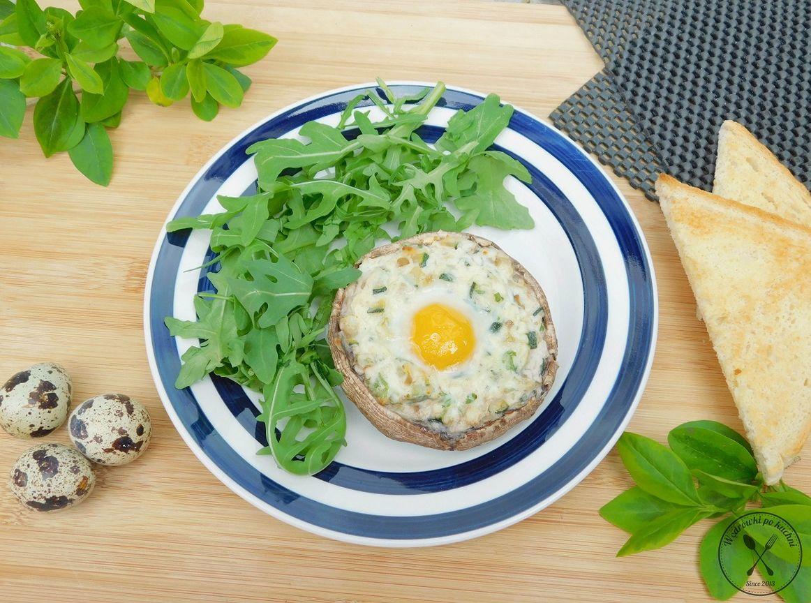 Faszerowane pieczarki portobello z jajkiem przepiórczym