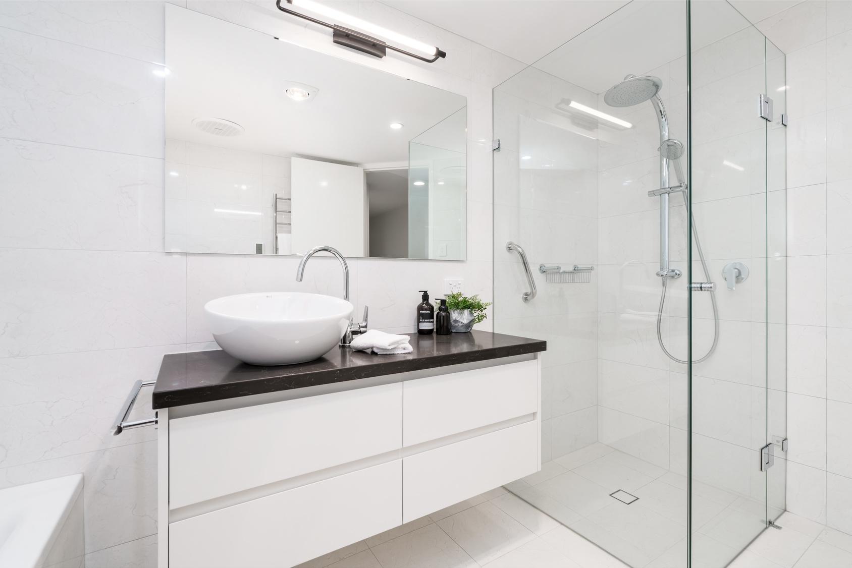 Umywalki nablatowe – wady i zalety. O czym pamiętać, wybierając umywalkę nablatową?