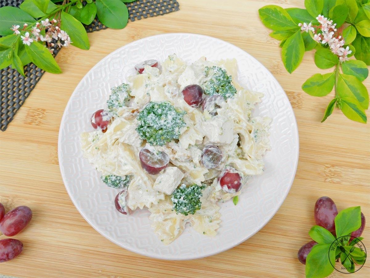 Sałatka makaronowa z brokułem i winogronami