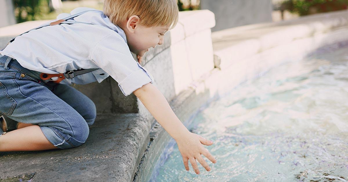 Pozwalasz dzieciom korzystać z miejskich fontann? To może być przyczyną choroby!
