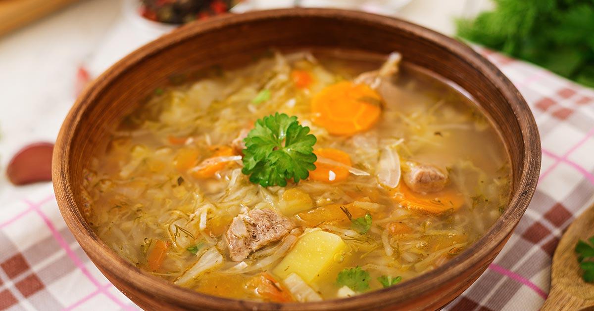 W którym momencie dodać ziemniaki do kwaśnej zupy?