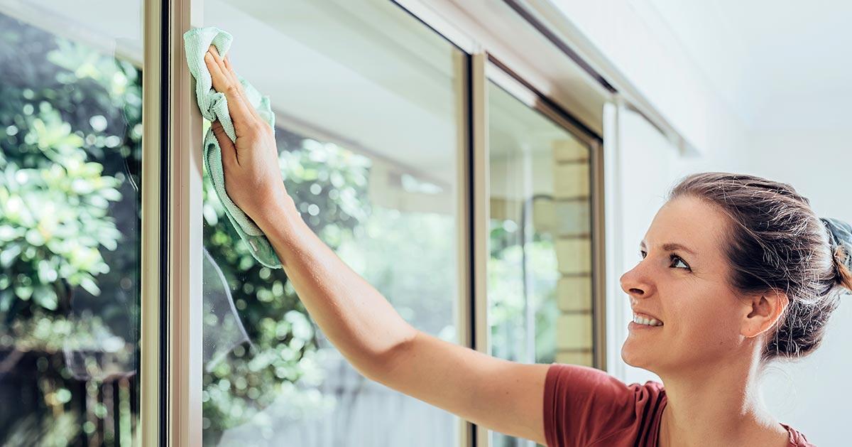 Czym wyczyścić ramy okienne antracytowe ubrudzone pianką montażową