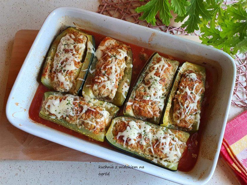 Cukinia faszerowana mięsem mielonym i ryżem. Pieczona w pomidorowym sosie.