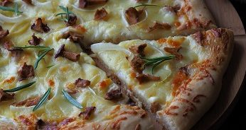 Pizza biała z kurkami i ziemniakami