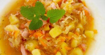 Kapuśniak na wędzonym kurczaku – przepis na domową zupę