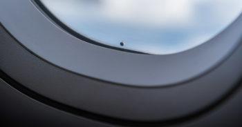 Szyba w samolocie – jak działa i po co są w niej małe dziurki?