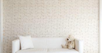 Biała ściana nie musi być nudna – płytki dekoracyjne na ścianę do salonu