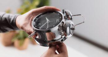 Zmiana czasu z letniego na zimowy 2021 – kiedy przestawić zegarki?